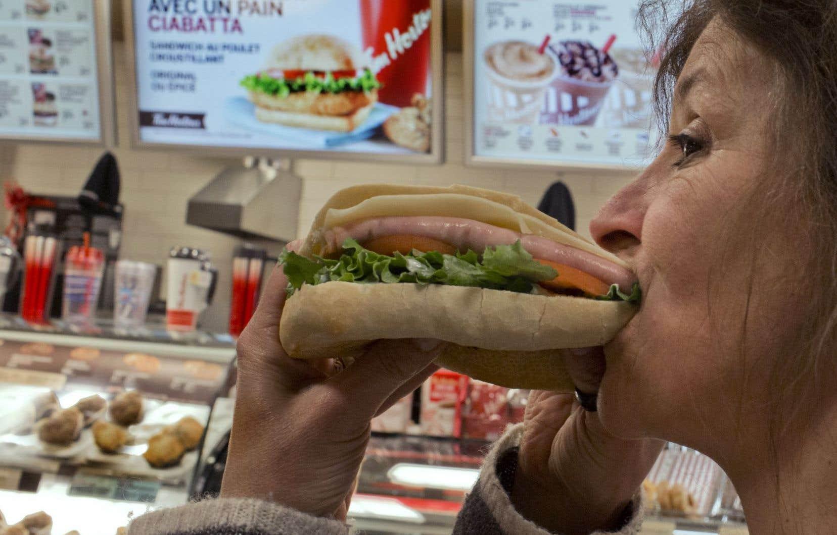 Les dépliants que Restaurants Canada produit pour diverses chaînes — dont Tim Hortons — fournissent 13 différents types d'informations nutritionnelles.