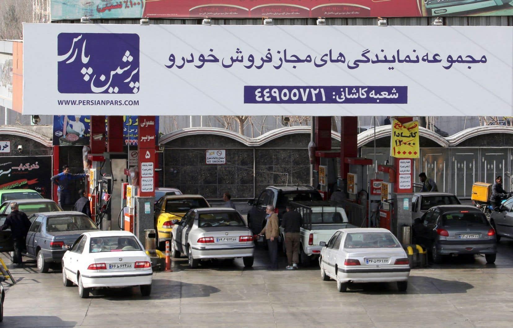 À Téhéran, des automobilistes font le plein d'essence. La fin des sanctions contre l'Iran amènera un flux supplémentaire de pétrole sur les marchés, ce qui contribuera à pousser les prix vers le bas.