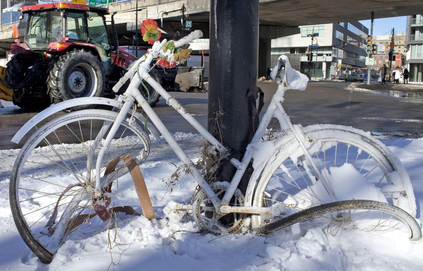 Un vélo blanc a été installé à l'endroit où est décédé le cycliste Salim Aoudia en novembre 2014. Le coroner chargé de cette enquête a dévoilé son rapport mercredi.