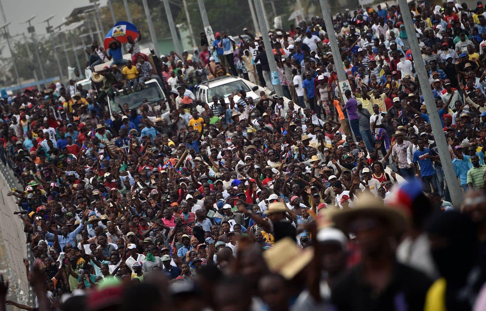 Quelques milliers de personnes ont manifesté avec fracas dans les rues de Port-au-Prince, vendredi.