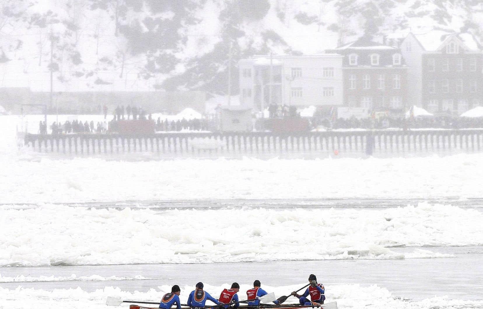 Avant d'être une performance sportive, le déplacement en canot à glace a longtemps été utilitaire pour circuler sur le fleuve en hiver.