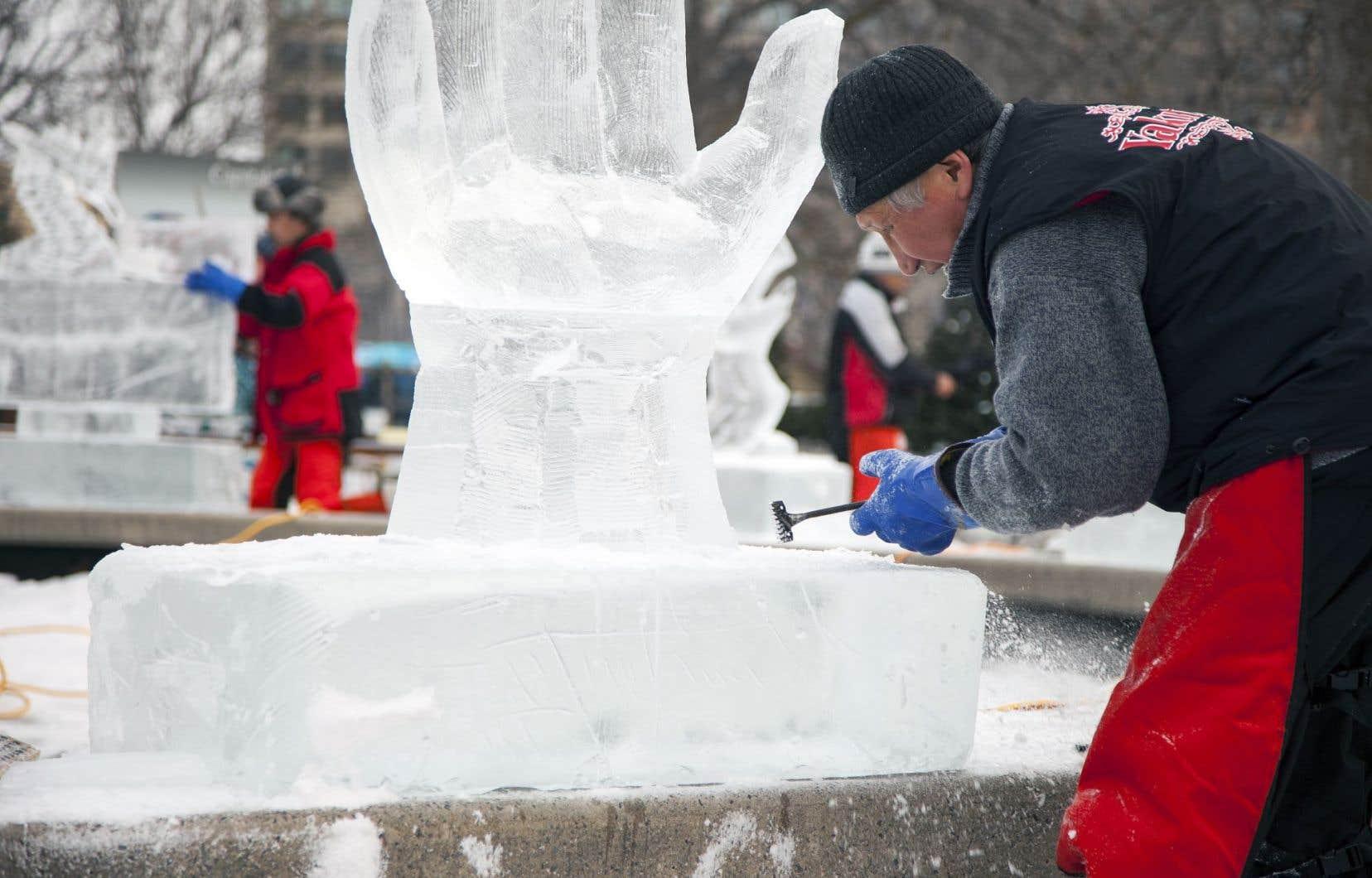 Un sculpteur sur glace au parc de la Confédération, à Ottawa, durant le Bal de neige.