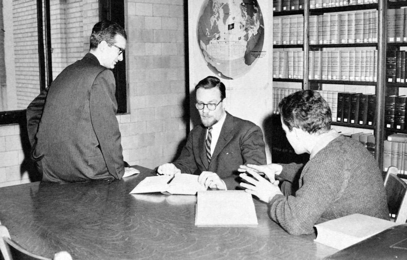 Le juriste Jacques-Yvan Morin (au centre)