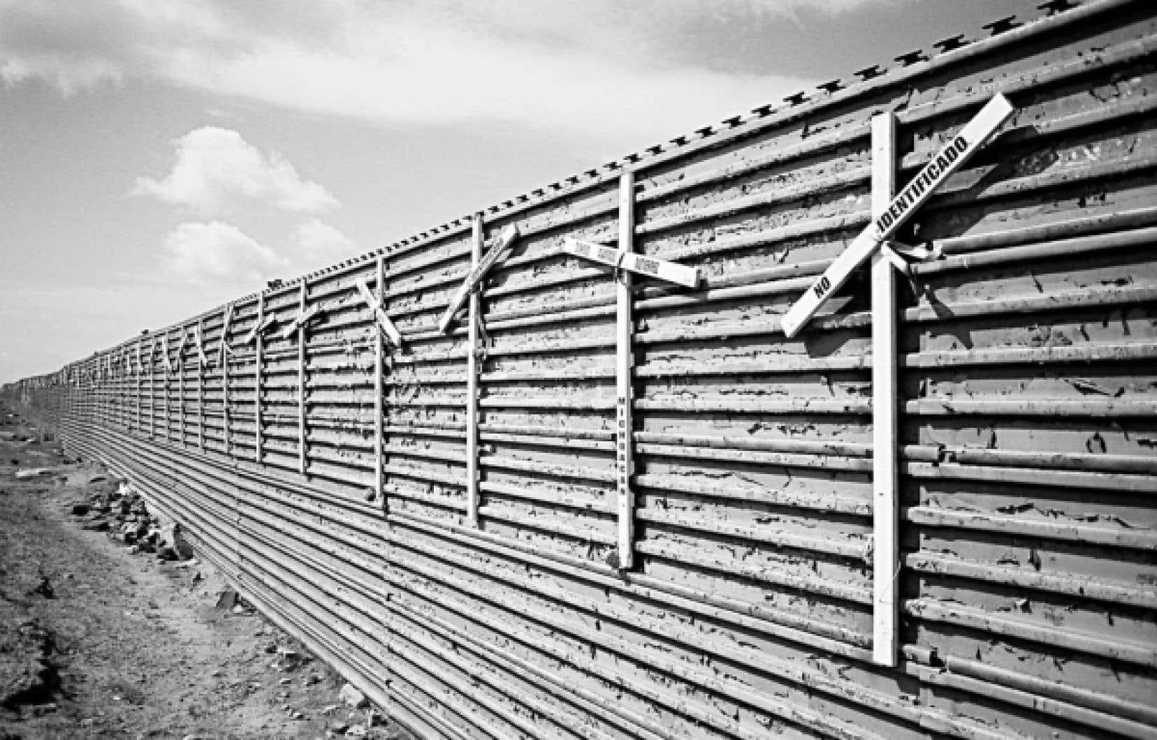 Une partie du mur qui isole les États-Unis du Mexique. Des croix rappellent que beaucoup de Mexicains ont trouvé la mort en essayant de traverser illégalement aux États-Unis.
