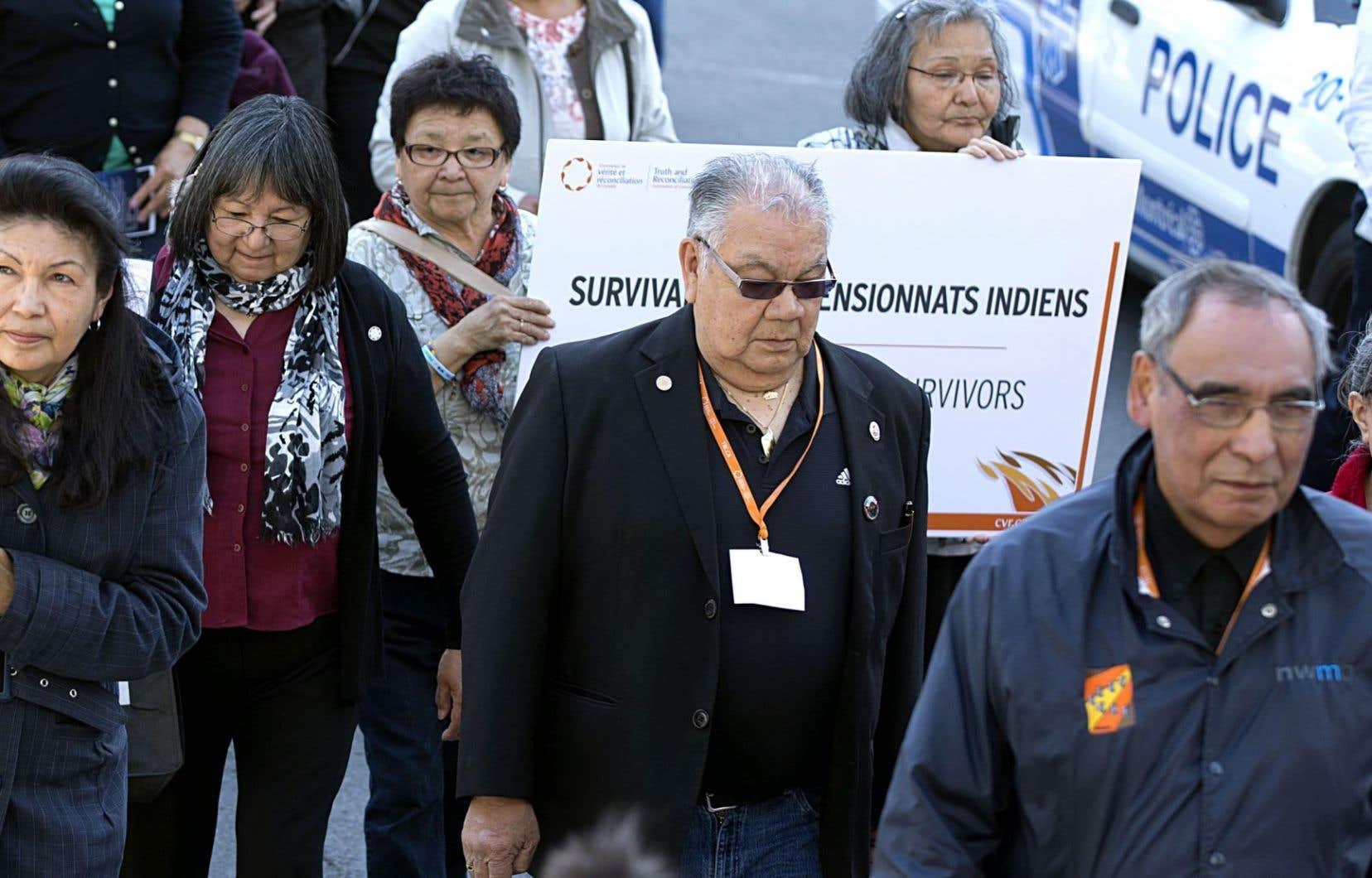 Un regroupement de survivants des pensionnats en marge des audiences publiques de la Commission de vérité et réconciliation, en 2013