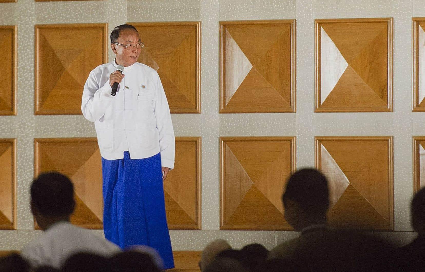 En ouvrant la cérémonie d'adieu du Parlement birman, le président USDP de la Chambre haute, Khin Aung Myint, s'est montré très jovial.