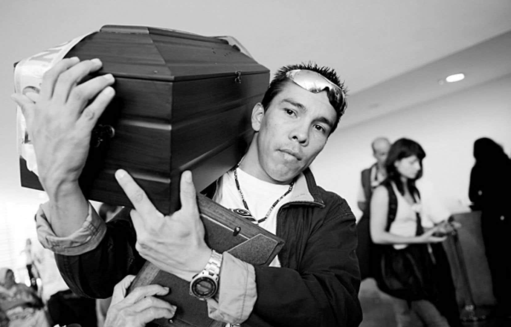 Hector Usuga transporte le cercueil de son frère Carlos, après les funérailles. Son frère est décédé de la même façon que plus de 2000 autres civils, recrutés avant d'être abattus par des militaires.