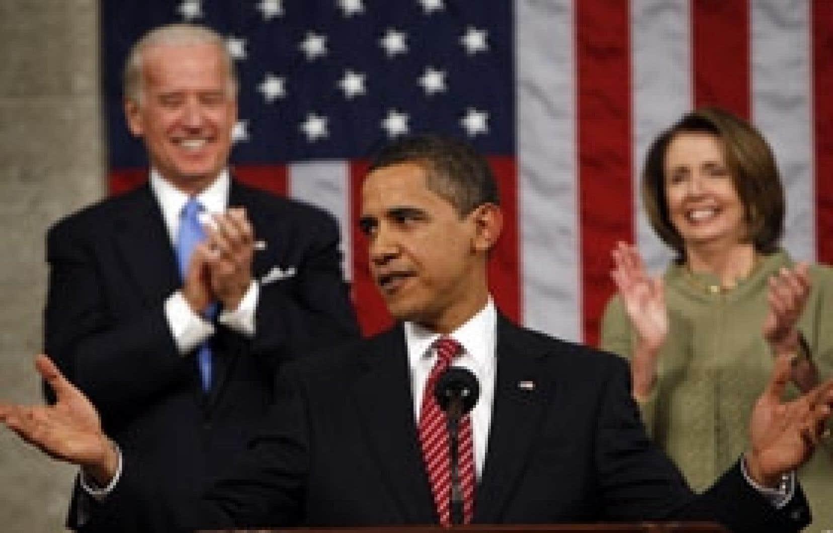 Le président américain Barack Obama applaudi par le vice-président, Joe Biden, et la présidente de la Chambre des représentants, Nancy Pelosi, au moment de s'adresser aux membres des deux chambres du Congrès, hier soir, au Capitole, à Washington