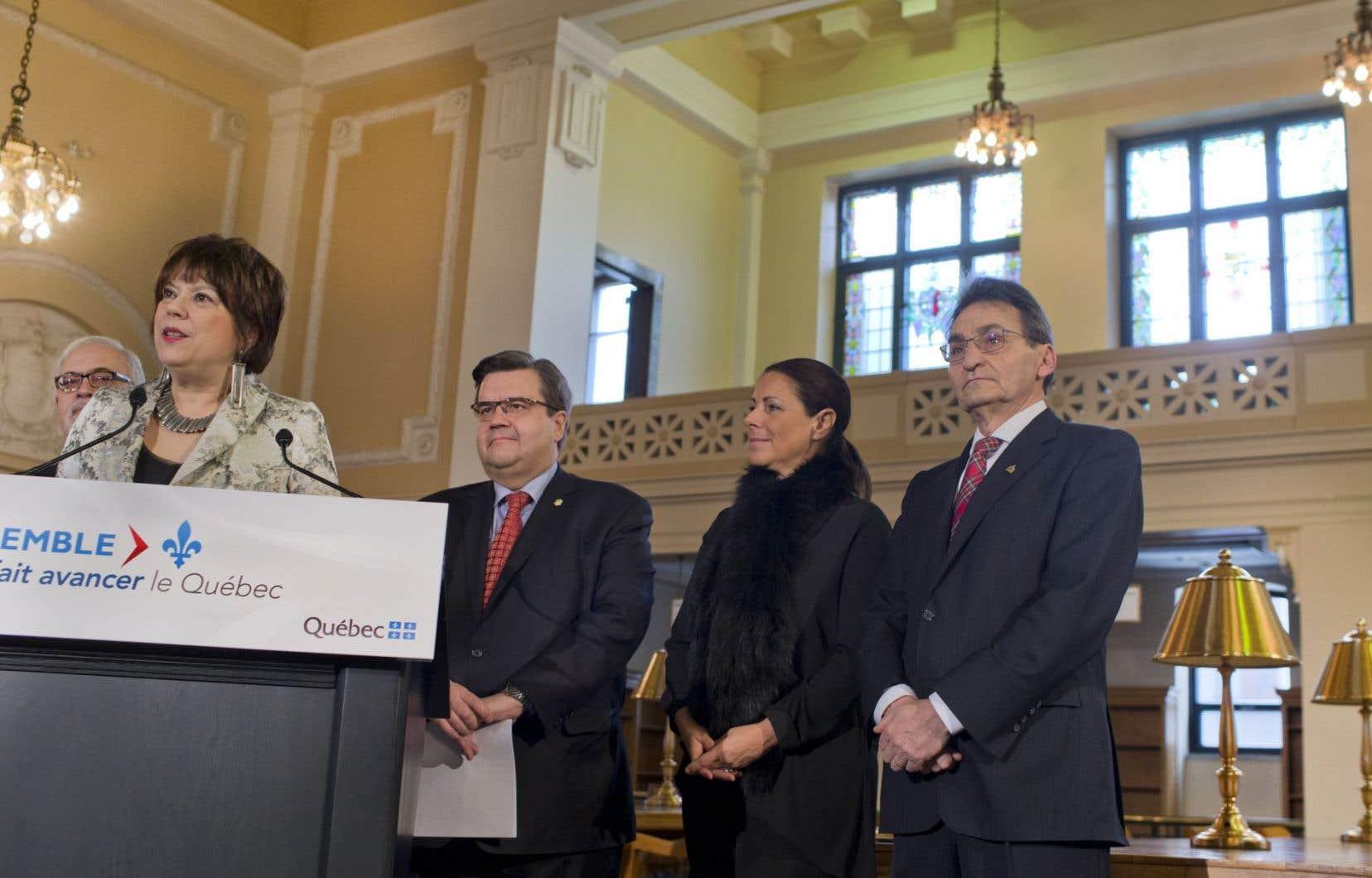 Les ministres Carlos Leitão et Hélène David, le maire de Montréal, Denis Coderre, et les membres du comité exécutif Manon Gauthier et Richard Bergeron étaient à la bibliothèque Saint-Sulpice dimanche matin.