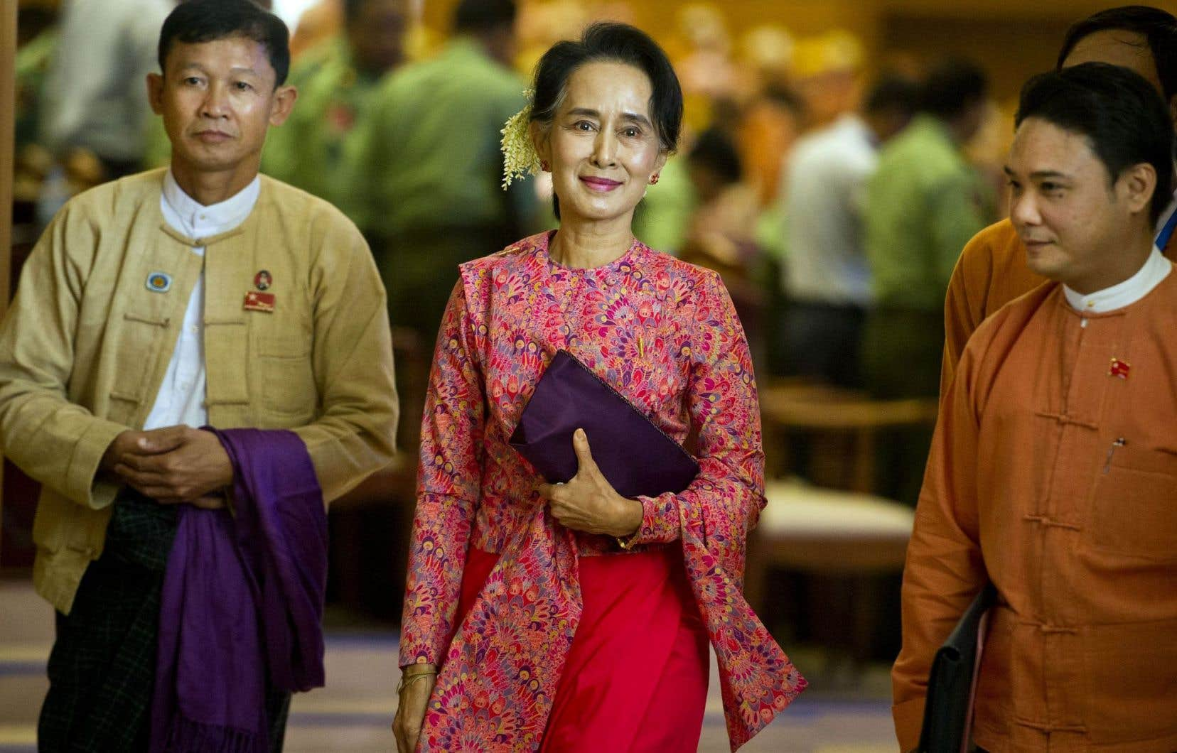 Aung San Suu Kyi lundi à sa sortie du Parlement