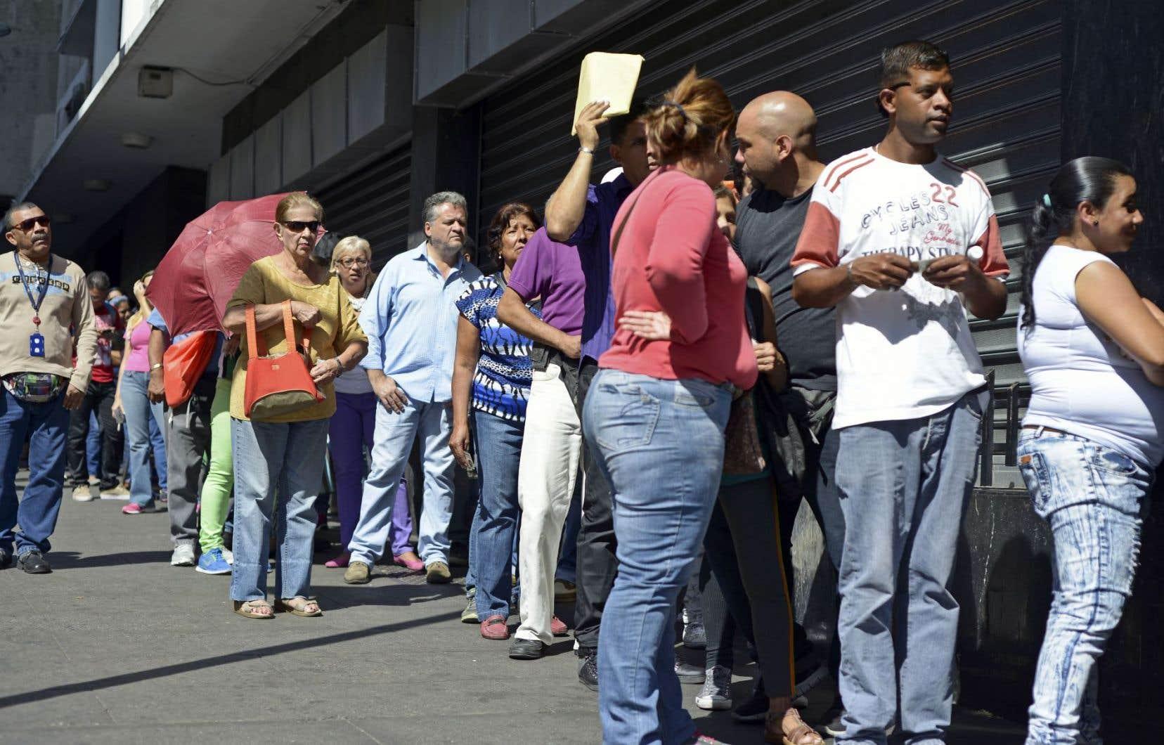 À Caracas, au Venezuela, des citoyens font la file pour s'approvisionner dans un supermarché. Le président du pays, Nicola Maduro, avait décrété l'état d'«urgence économique» le 15 janvier pour faire face aux difficultés auxquelles le pays est confronté avec la chute des prix du pétrole, mais l'opposition a rejeté le décret quelques jours plus tard, enfonçant un peu plus le pays dans un crise politique.