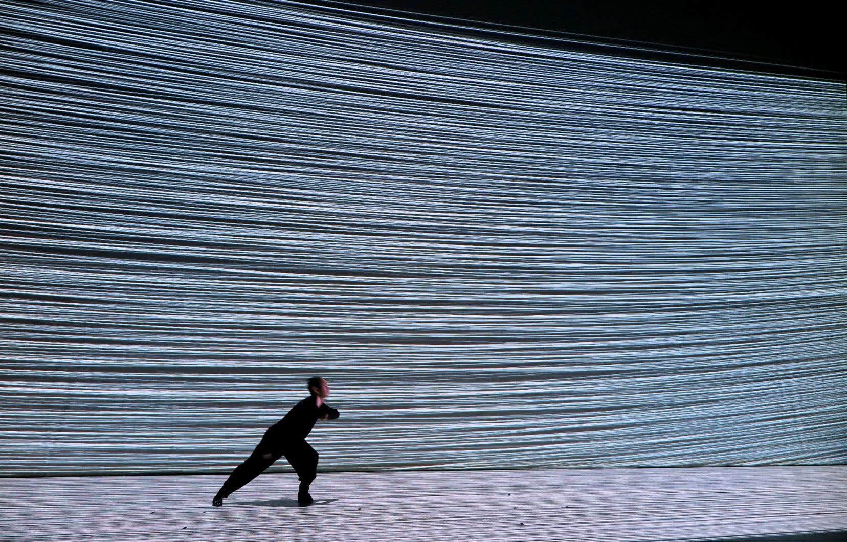 Dans «Intensional Particle», Umeda travaille avec des projections vidéo incroyables et de la lumière.