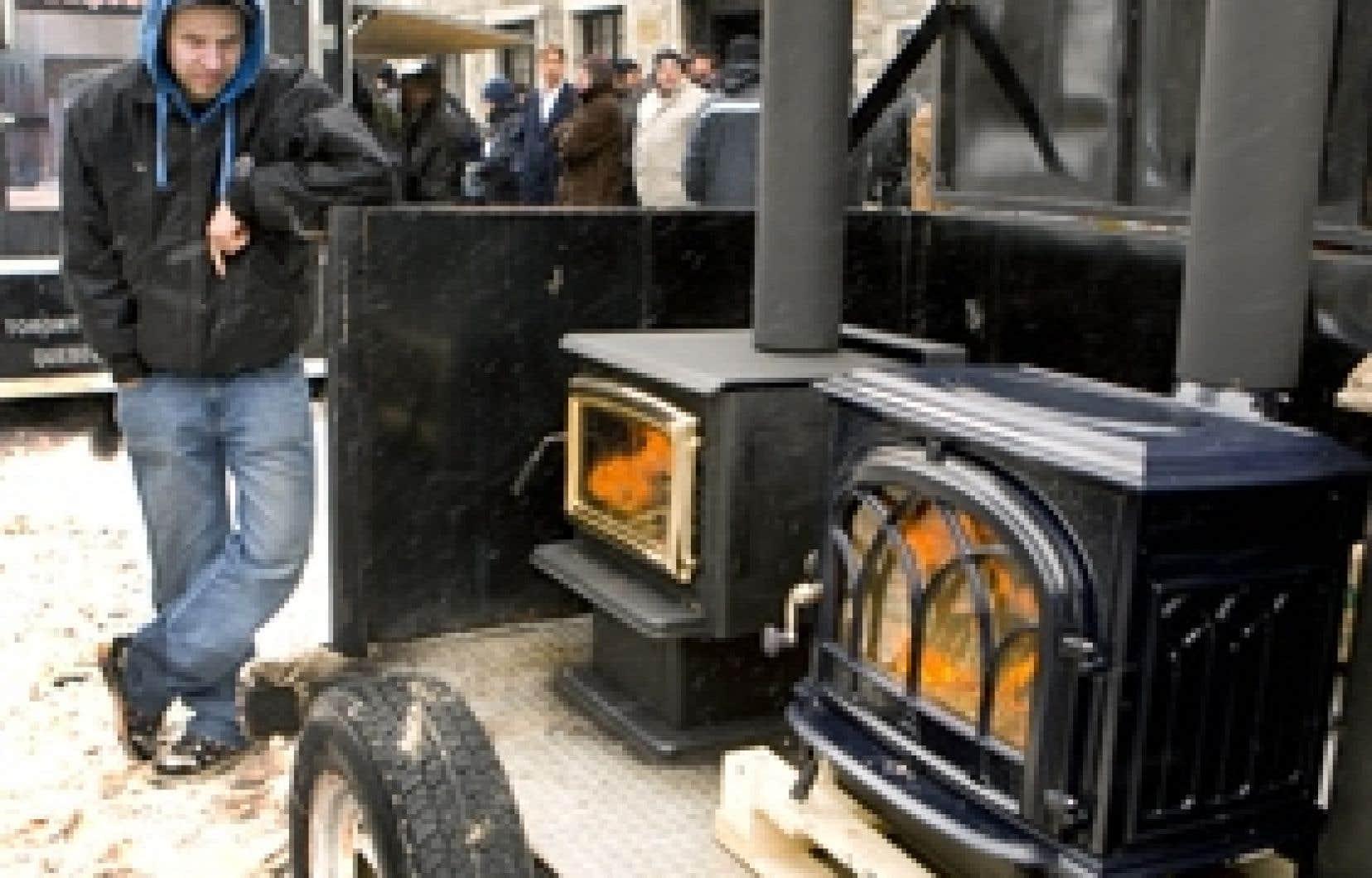L'Association des professionnels du chauffage avait installé une dizaine de poêles à bois en bordure de la rue, tout près de l'hôtel de ville, afin de sensibiliser les élus.