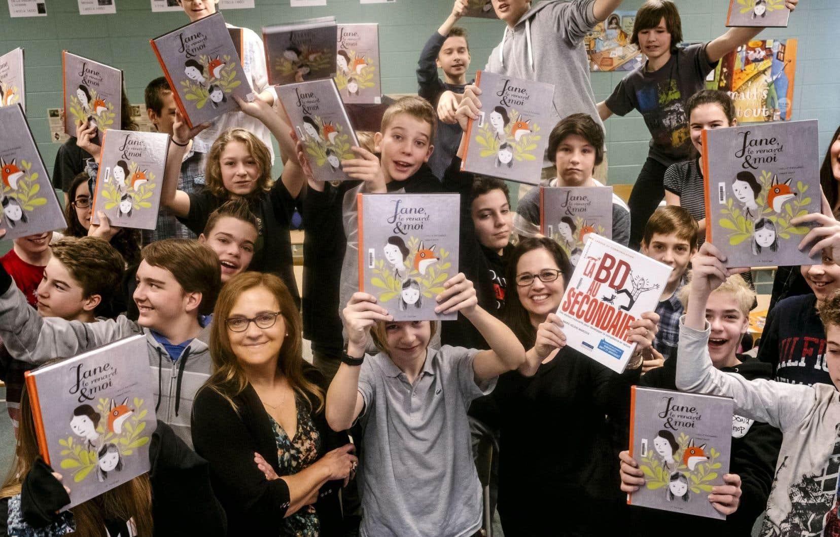 «Le plaisir d'apprendre peut aussi être dans la bédé», estiment la pédagogue Marie-Hélène Marcoux (à gauche) et l'enseignante Isabelle Gagnon (à droite), tout comme plusieurs élèves de 2e secondaire de l'école de l'Horizon à Saint-Jean-Chrysostome, près de Québec.