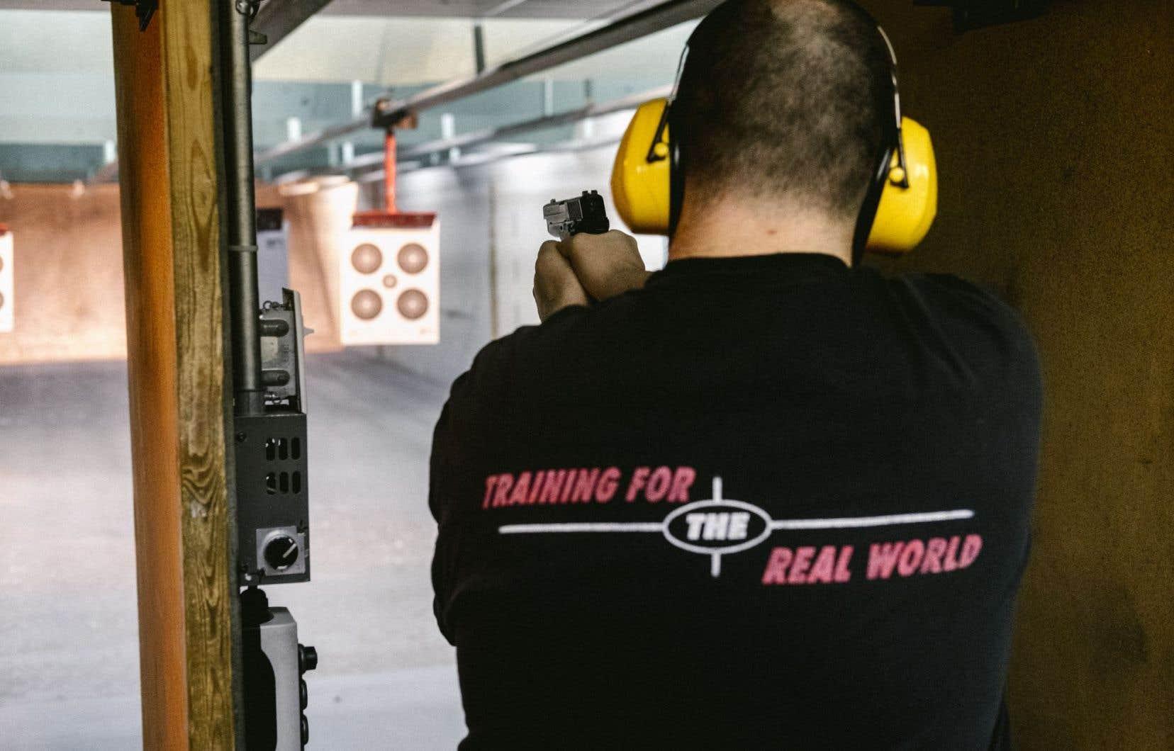 Au club de tir Les Castors de Charlesbourg, à Québec, difficile de trouver quelqu'un qui est pour le registre des armes à feu.