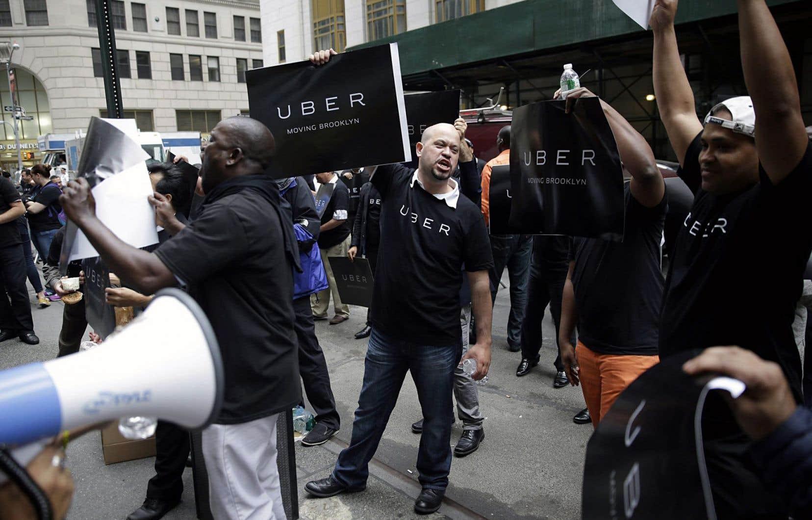 Des chauffeurs d'Uber protestant devant la Commission du taxi de New York, où l'on veut régulariser le service.