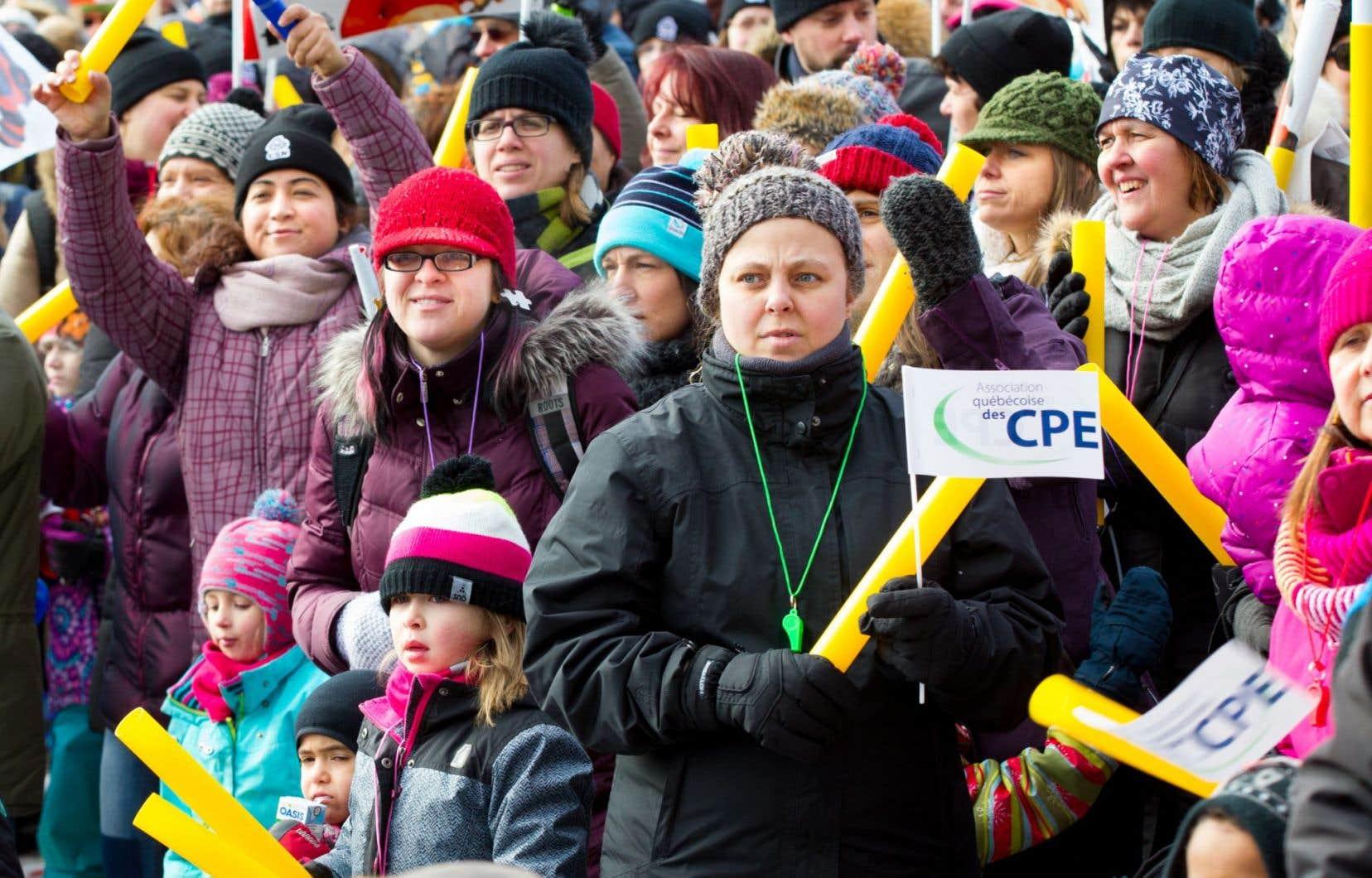 Dimanche, des milliers de personnes ont manifesté dans plusieurs villes du Québec à la défense des CPE.