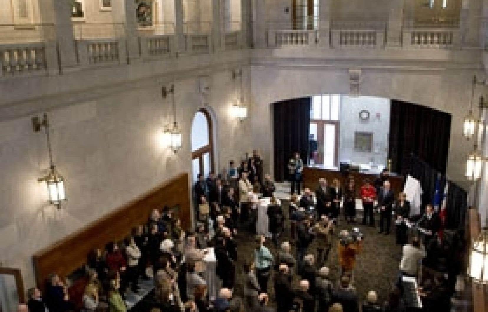 Lors de l'inauguration, Pierre Lebeau a lu des extraits de l'oeuvre de Gaston Miron entouré du maire de Montréal et de Christine St-Pierre.