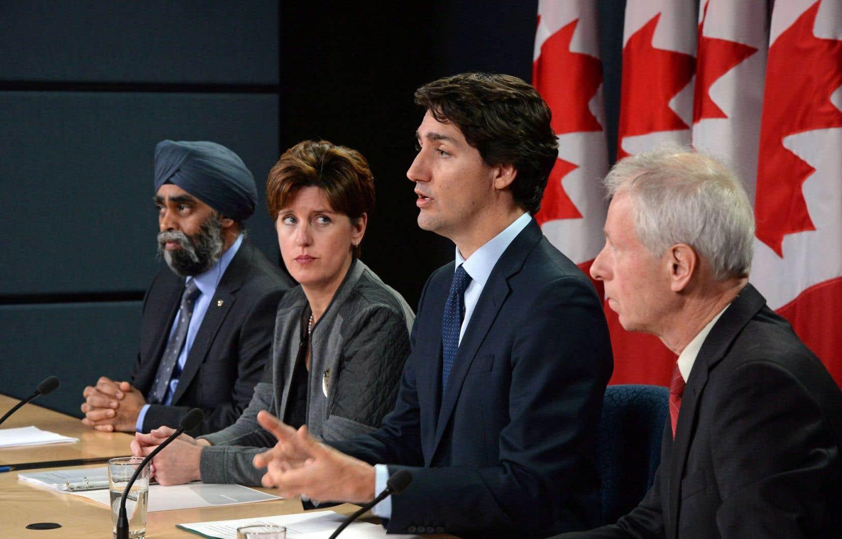 Le premier ministre Justin Trudeau, entouré du ministre de la Défense nationale, de la ministre du Développement international et de la Francophonie et du ministre des Affaires étrangères
