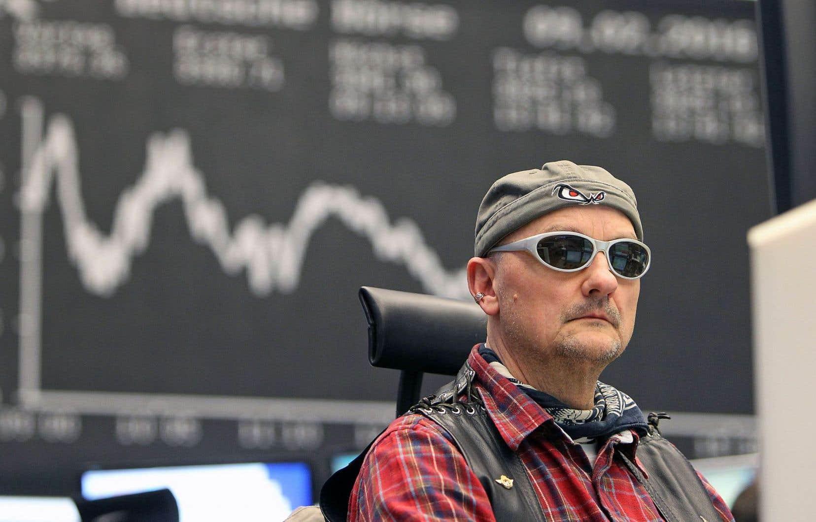 La dégringolade des prix du pétrole et les reculs des marchés boursiers à travers le monde n'ont pas empêché les courtiers de la Bourse de Francfort de se déguiser pour le carnaval, mardi.