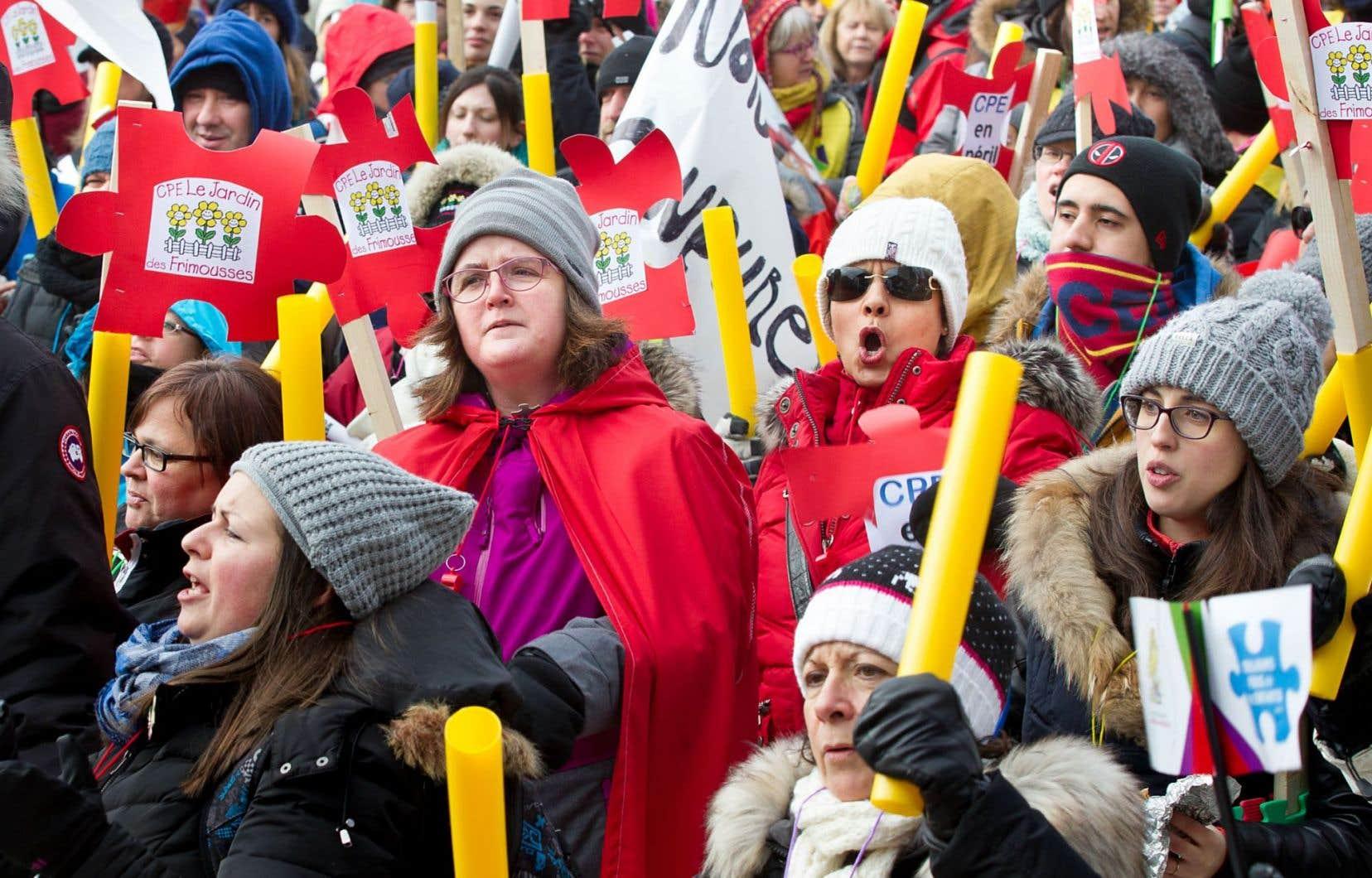 20 000 personnes se sont réunies dimanche dernier sur la place Émilie-Gamelin à Montréal et 10 000 de plus dans une vingtaine de villes ailleurs au Québec pour dénoncer les coupes de 120 millions de dollars prévues par le gouvernement Couillard.<br />