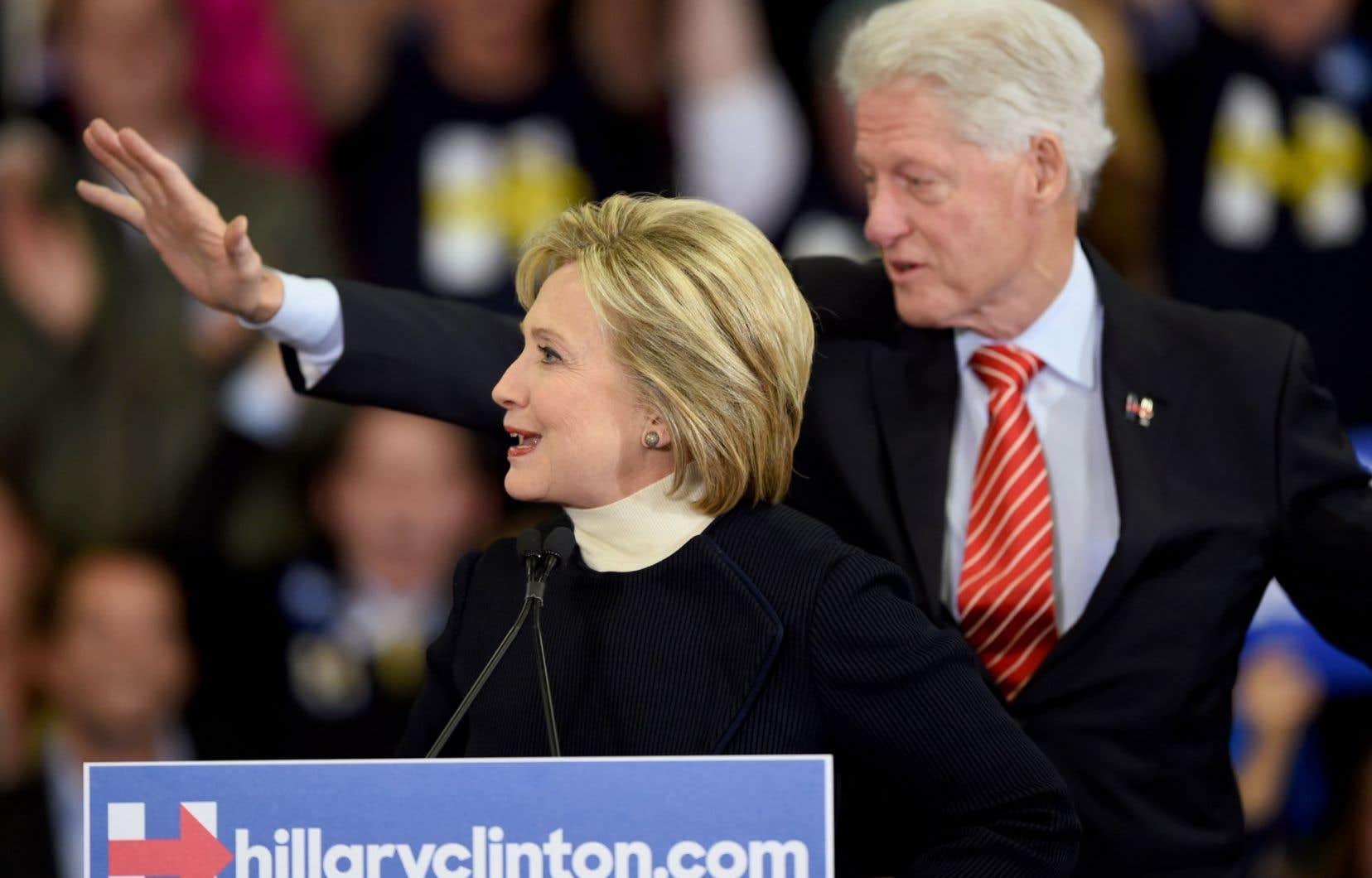 Hillary Clinton, accompagnée par son époux Bill, s'est montrée souriante malgré sa défaite lundi.