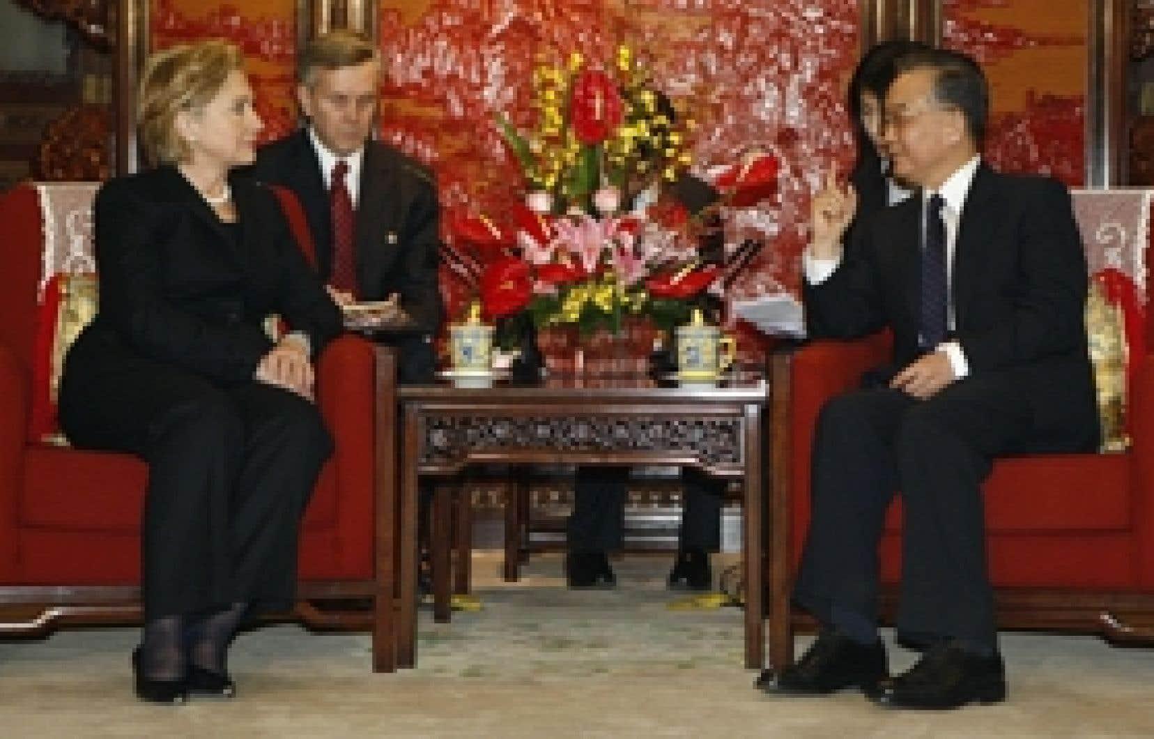 La secrétaire d'État américaine, Hillary Clinton, lors de sa rencontre avec le premier ministre chinois, Wen Jiabao, samedi.