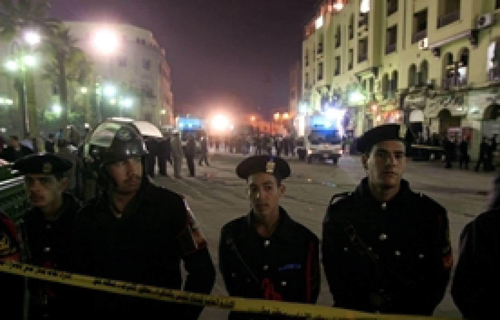 Des policiers égyptiens montaient la garde devant le lieu de l'attentat, hier soir.