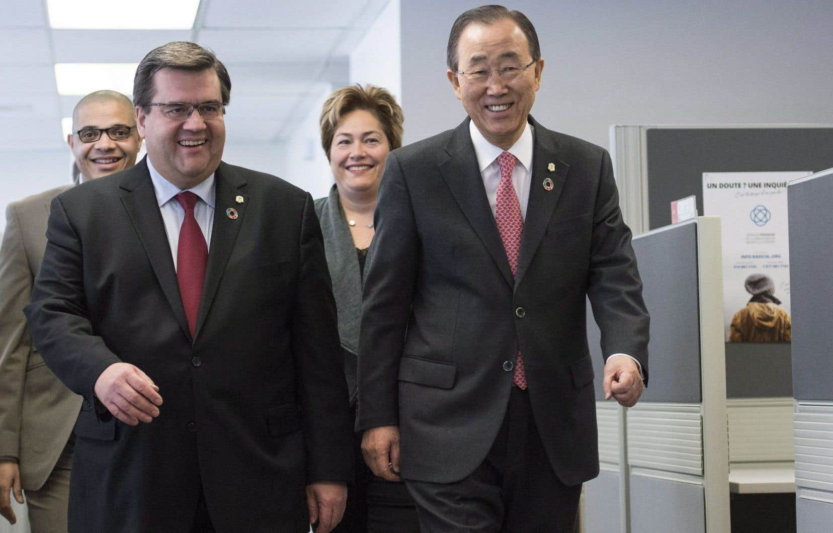 Ban Ki-moon a salué l'approche préventive de la Ville de Montréal lors d'une visite à un centre anti-radicalisation, samedi matin.<br />