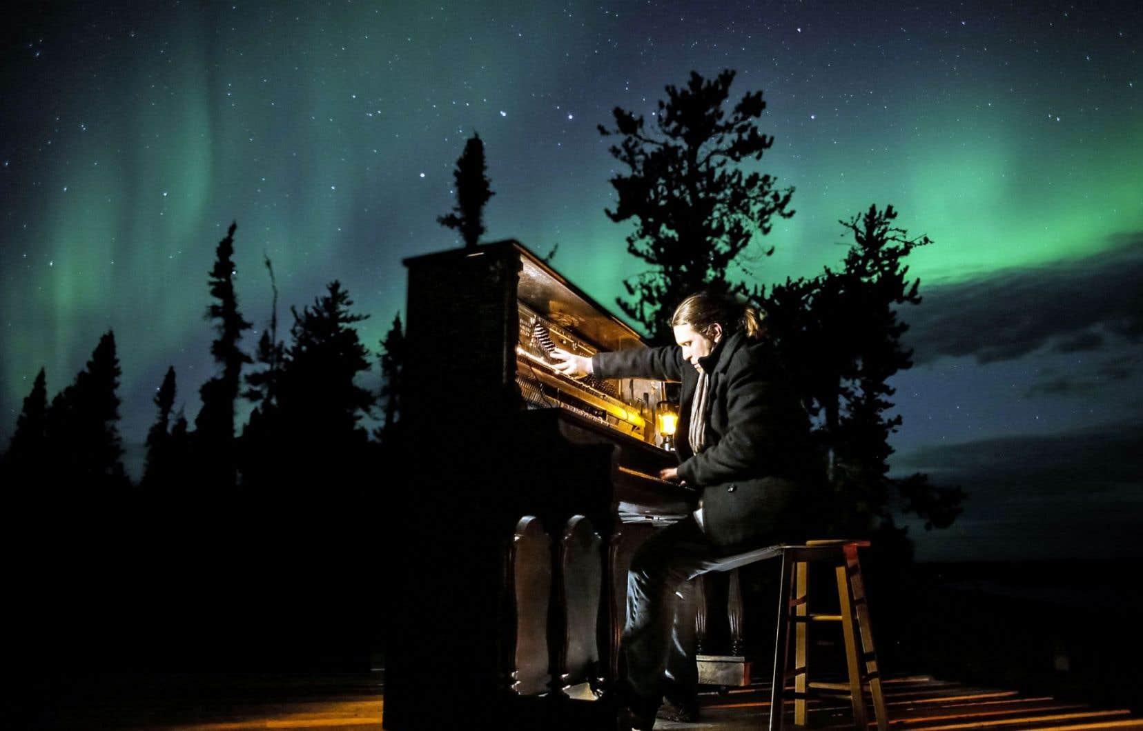 Roman Zavada au piano devant le spectacle fabuleux d'une aurore boréale
