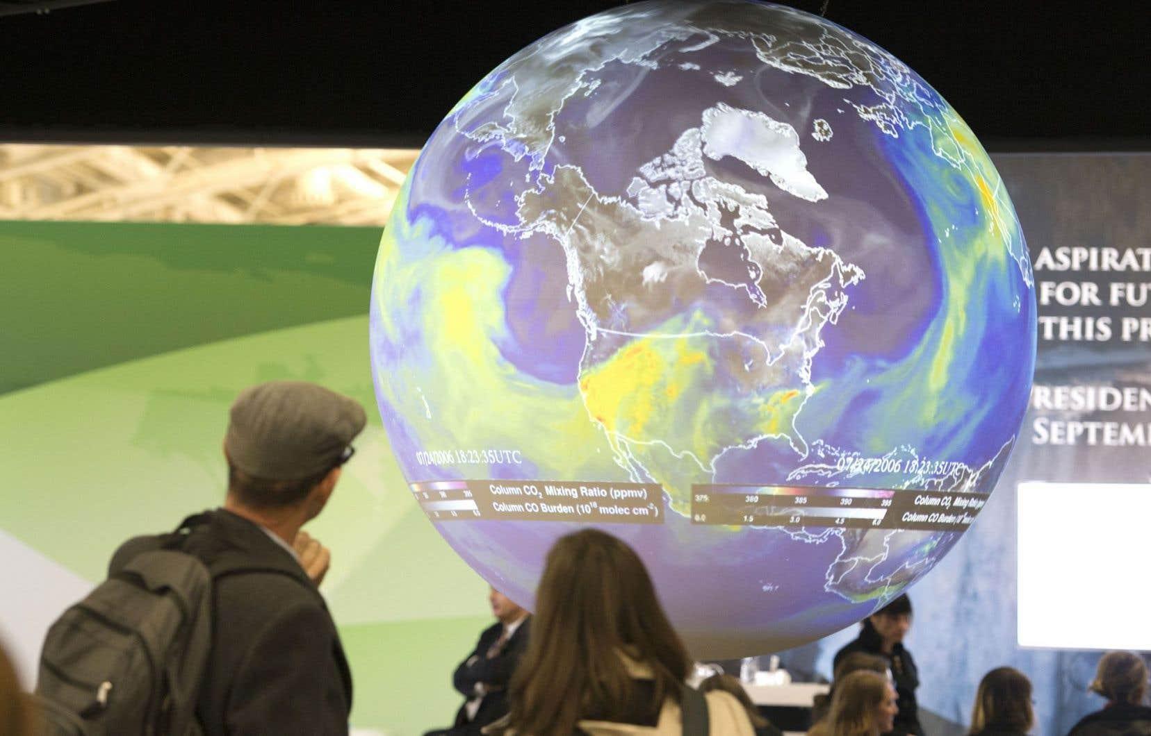 Un globe terrestre montrant l'étendue des changements climatiques exposé à la conférence de Paris.