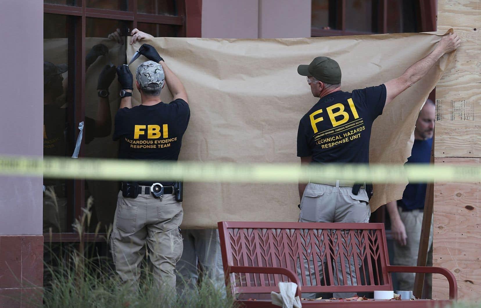 Le FBI veut avoir accès au contenu du iPhone de l'un des meurtriers de San Bernardino. Ci-dessus, des agents aménagent la scène du crime, le 7décembre dernier.