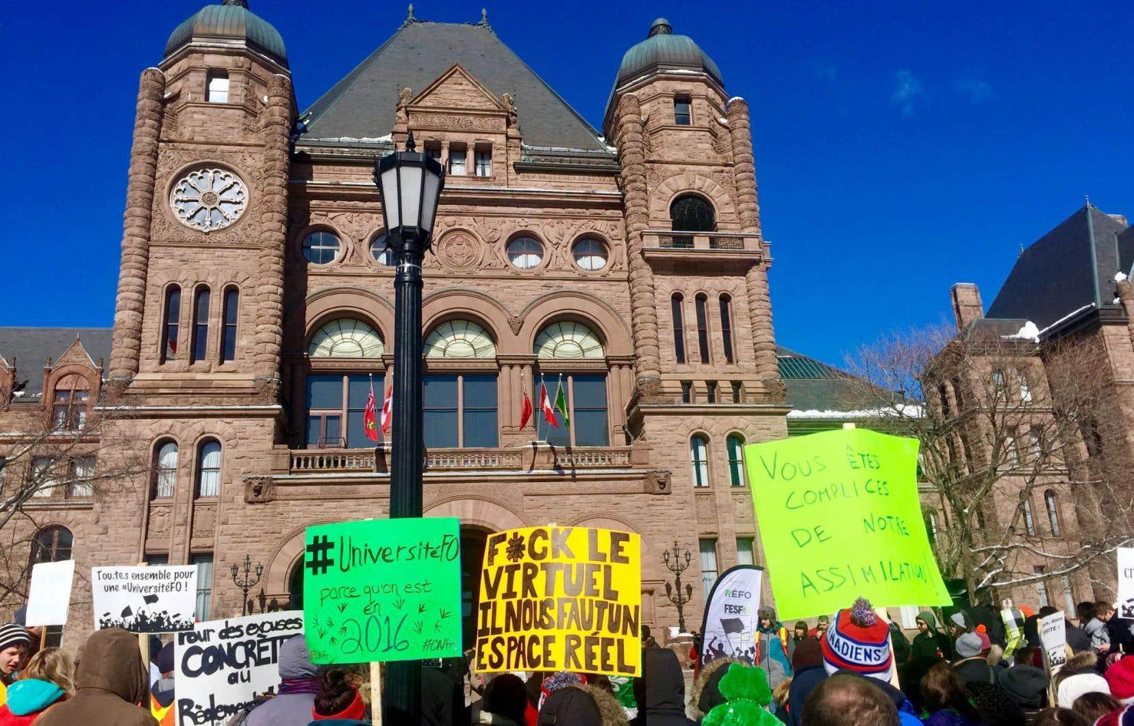 Des étudiants se sont mobilisés jeudi à Toronto pour réclamer une université francophone.