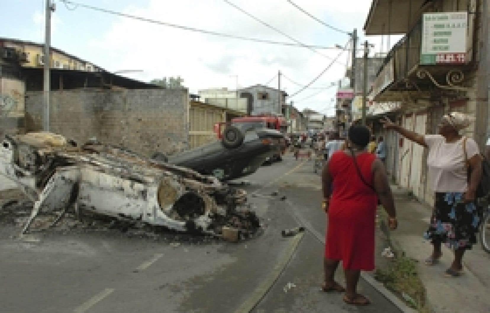Depuis un mois, la Guadeloupe vit une grève générale marquée de scènes de violence.