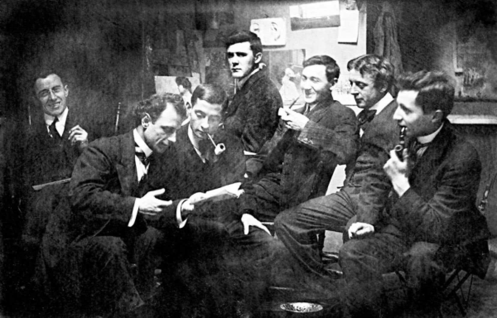 Le peintre Marc-Aurèle Fortin (à l'arrière, au centre) entouré de ses amis comédiens, à L'Arche, en 1910