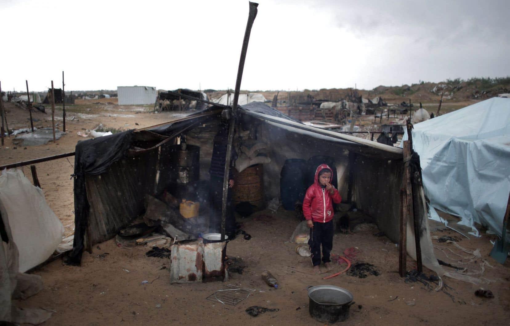 Un jeune Palestinien dans un camp de la bande de Gaza