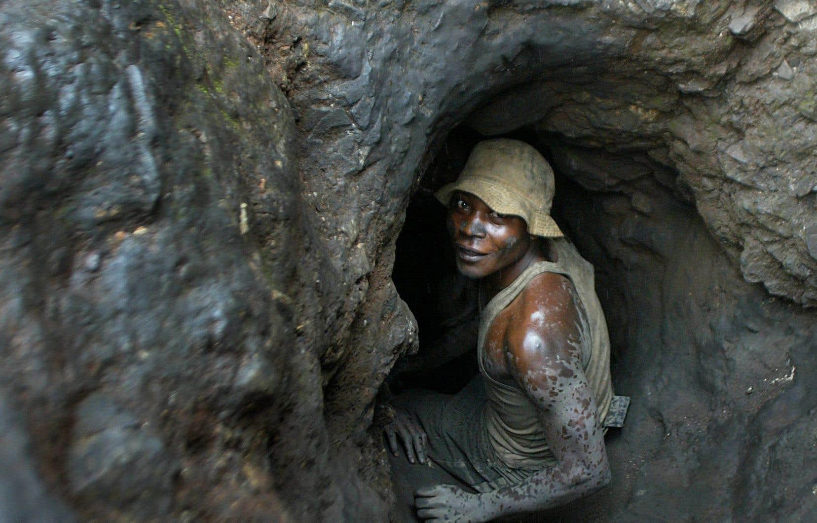 En République démocratique du Congo, un travailleur s'apprête à s'enfoncer dans un tunnel d'une mine de cobalt pour en tirer le minerai qu'utilise l'industrie de la téléphonie mobile. Des ONG dénoncent l'emploi des «minerais tachés de sang et extraits dans des zones de conflit».