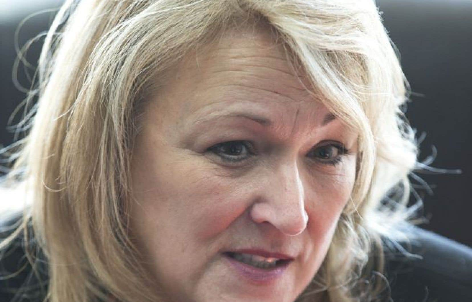 Par rapport au mouvement féministe et à son influence, la ministre de la Condition féminine, Lise Thériault, demeure évasive.