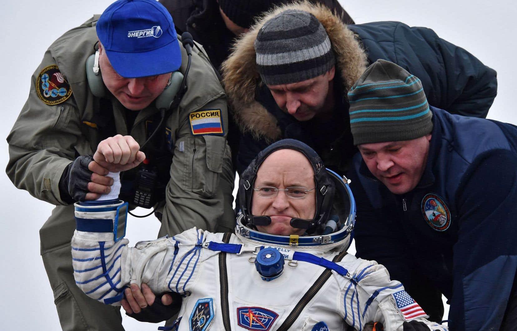 «L'air est tellement bon ici», a lancé Scott Kelly en sortant de la capsule avec l'aide des équipes d'évacuation.