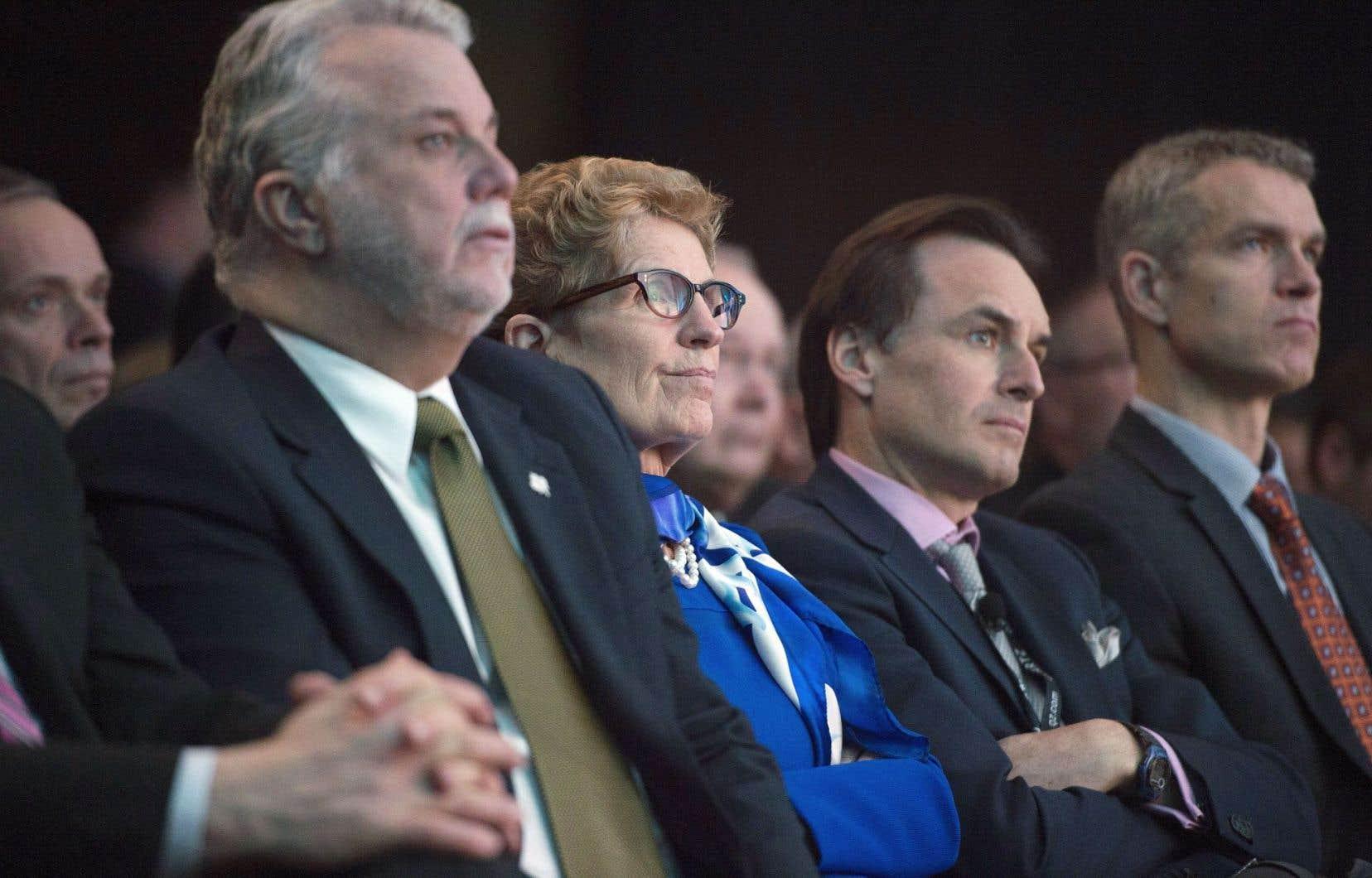 Les premiers ministres de l'Ontario et du Québec, Philippe Couillard et Kathleen Wynne, écoutent leur homologue fédéral, Justin Trudeau, à qui ils réclament un soutien financier pour Bombardier.