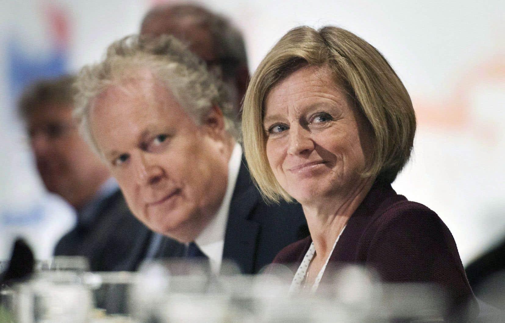 Jean Charest aux côtés de la première ministre de l'Alberta, Rachel Notley, en septembre dernier