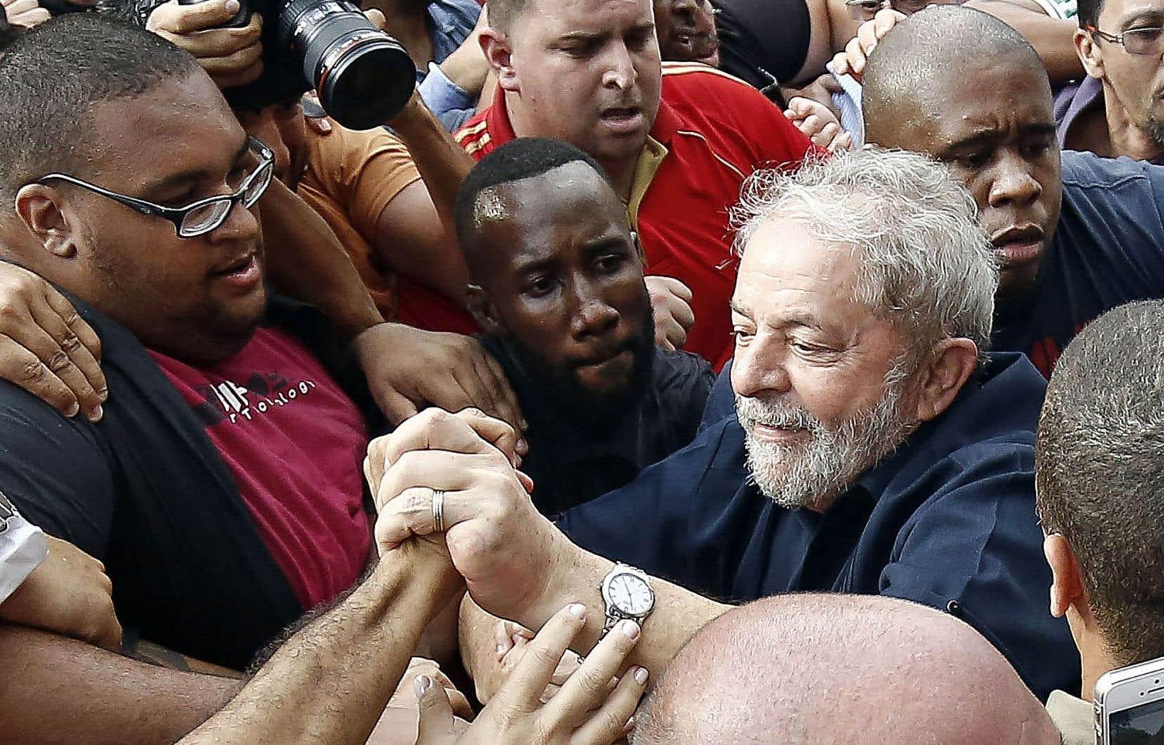 L'ex-président du Brésil, Luiz Inácio Lula da Silva, a été accueilli par ses partisans après avoir subi un interrogatoire de trois heures.