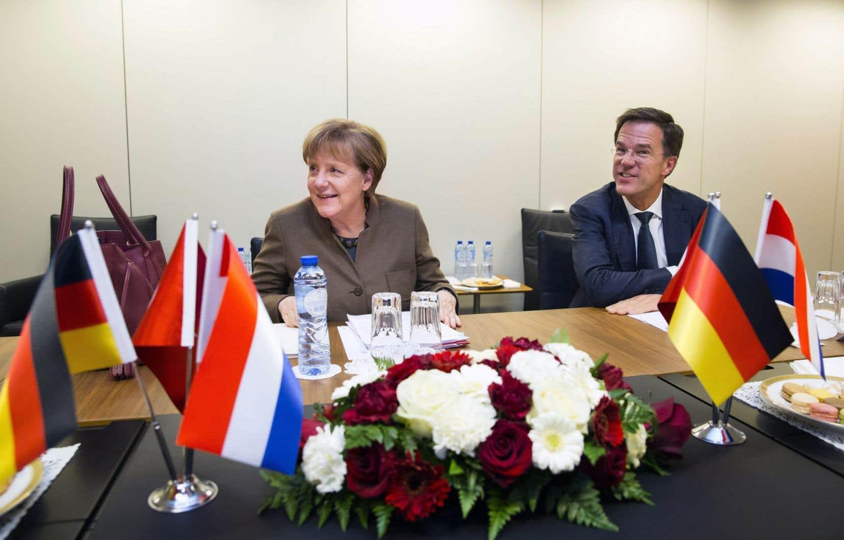 La chancelière allemande, Angela Merkel, et le premier ministre néerlandais, Mark Rutte, se sont rencontrés dimanche à Bruxelles en préparation du sommet de lundi.