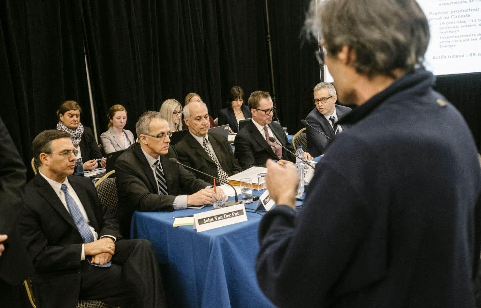 À la suite des protestations qui ont marqué la première soirée des audiences du BAPE sur Énergie Est lundi soir, à Lévis, le premier ministre Philippe Couillard a plaidé mardi en faveur d'un débat «rationnel et raisonné».