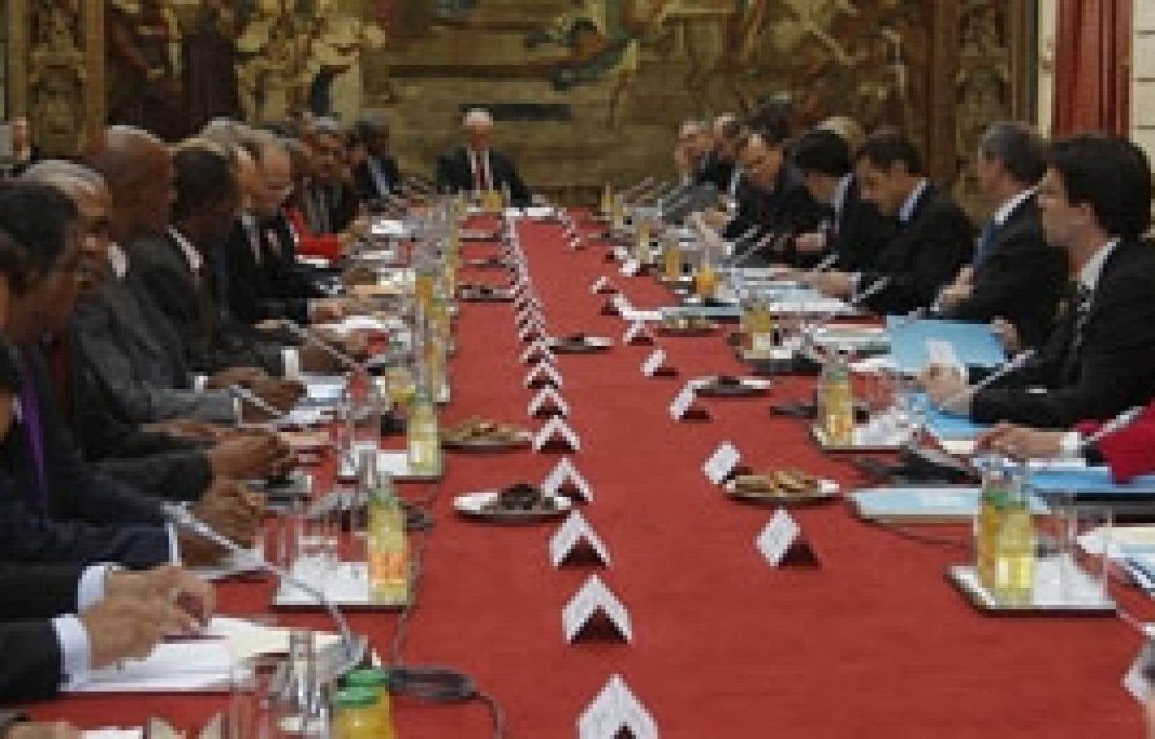 Nicolas Sarkozy (troisième à droite) a fait une offre salariale aux protestataires des départements d'outre-mer.
