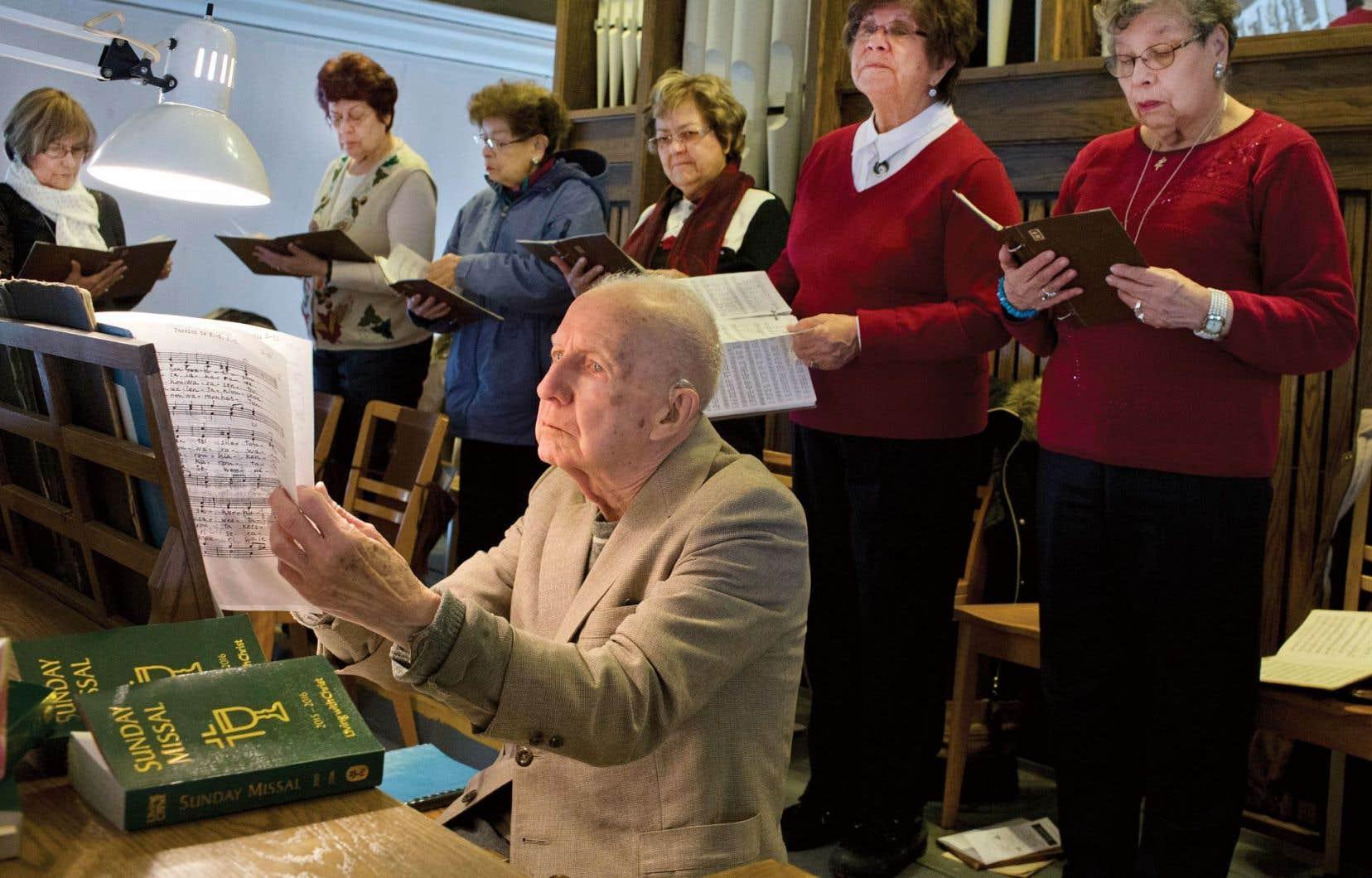Entouré d'une quinzaine de choristes qui chantent en mohawk, l'organiste de Kahnawake les appelle «mesbons Indiens».