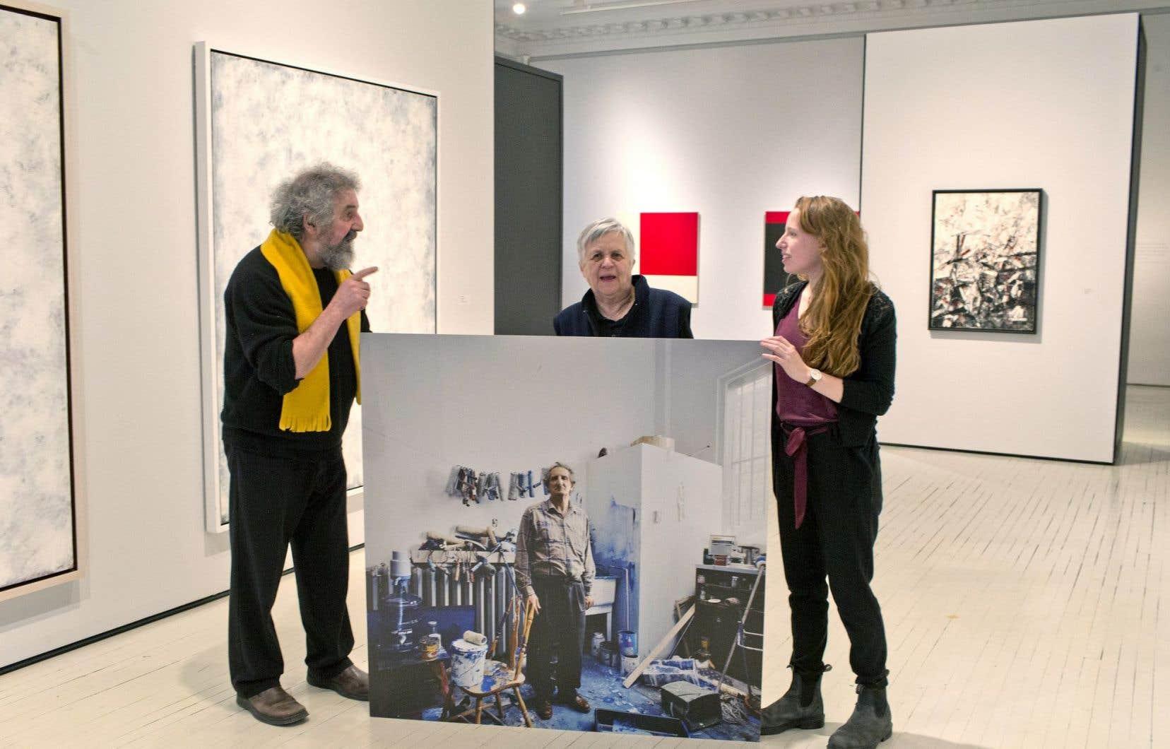 Gilles Daigneault, directeur de la Fondation Molinari, Lise Lamarche, historienne de l'art, et Lisa Bouraly, coordonnatrice du projet L'Actuelle, derrière une photo de Molinari dans son atelier