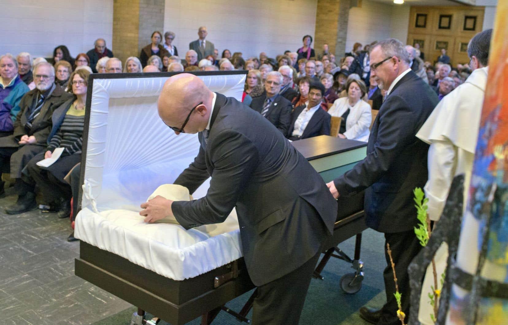 La chapelle était remplie de proches venus rendre hommage au père Lacroix. Son corps a été enveloppé à la fin de la cérémonie.