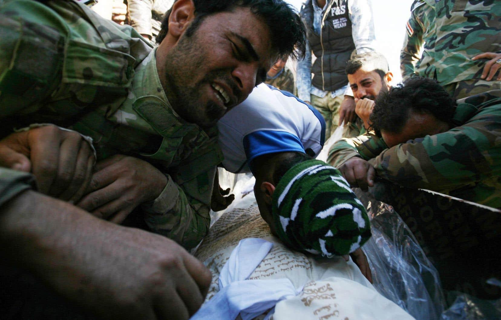 Pour des extrémistes comme les combattants du groupe État islamique, tout ce qui est extérieur à la nouvelle communauté qu'ils forment est envisagé comme l'œuvre du diable, non seulement l'Occident, mais aussi les musulmans eux-mêmes. Sur la photo, des Irakiens chiites pleurent la mort de soldats tués par le groupe EI.