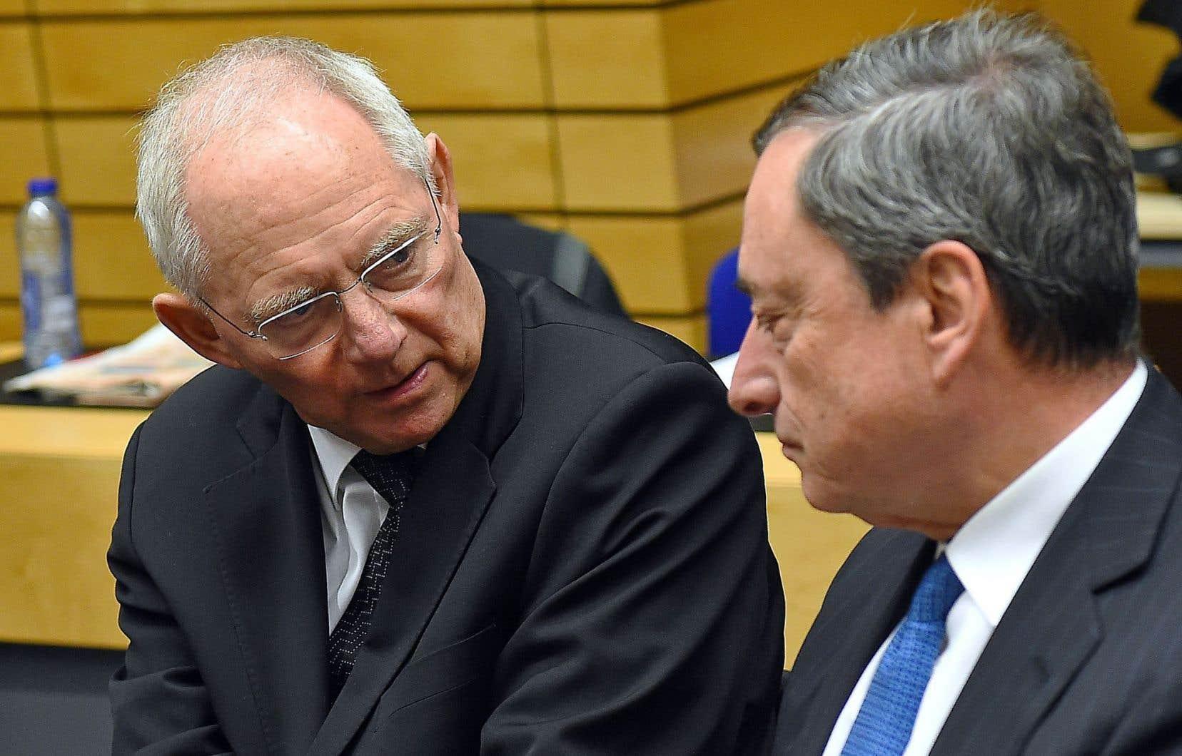 Le ministre des Finances de l'Allemagne, Wolfgang Schaüble (à gauche), s'est maintes fois inquiété publiquement de la politique monétaire de la BCE que dirige Mario Draghi (à droite).